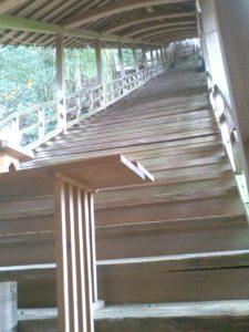 拝殿奥の本殿への階段