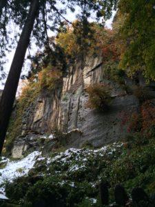 正面に見える岩壁