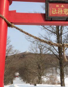 国道沿いの大鳥居から兜明神岳頂上