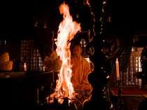 ご祈祷の様子、炎が不動明王の形になっている