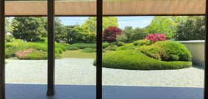 館内から見た庭