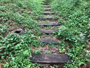階段途中に柱の基礎のようなもの